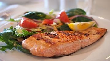 salmão e salada